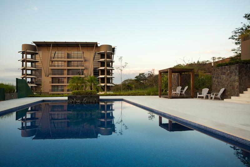 Excelente área de piscina y vista del edificio la perla