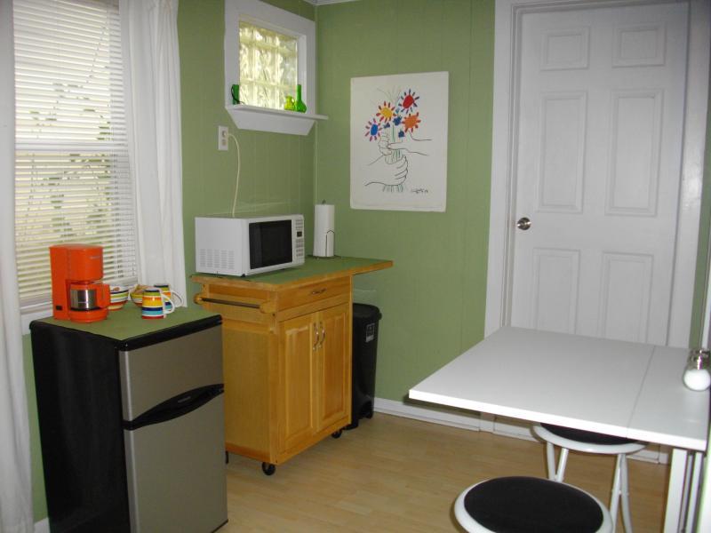 Réfrigérateur/congélateur, hauteur de pot, les micro-ondes et les pub café plier vers le haut de tableau.