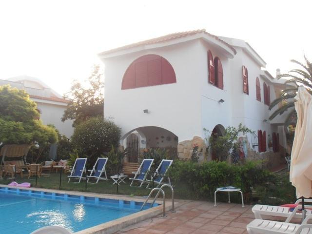 VILLA ELEGANTE IN RIVA AL MARE CON PISCINA PRIVATA, holiday rental in Fontane Bianche