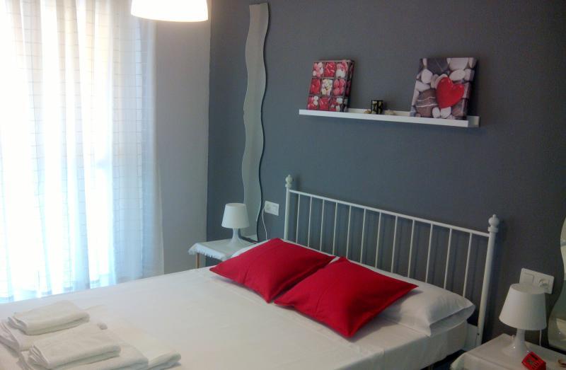 Dormitorio principal, cómodo y luminoso, con gran armario y bomba de aire frío-calor.