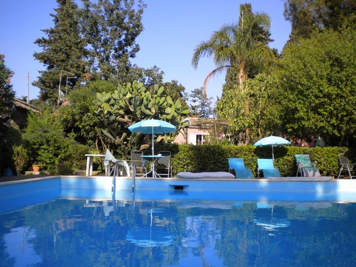 Wonderful studio in a villa with pool and tropical, vacation rental in San Giovanni la Punta