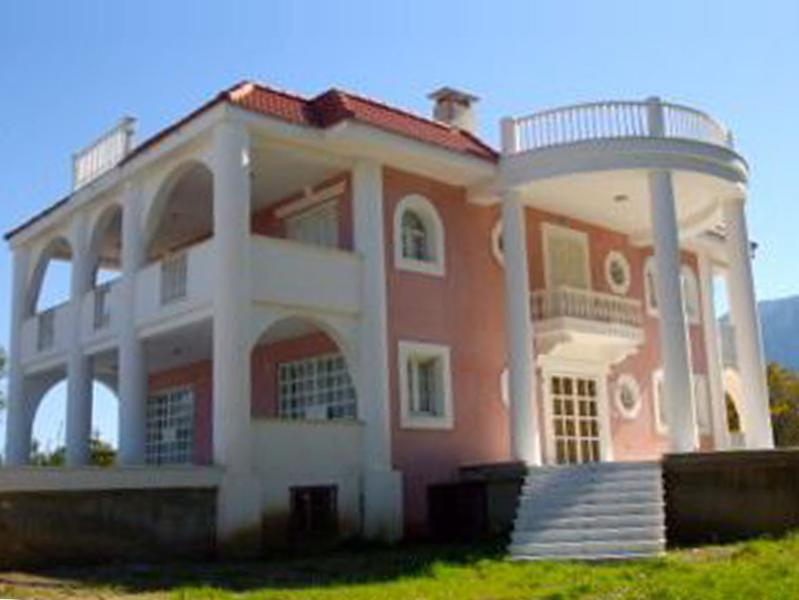 Beachfront Villa with Majestic Mountain & Sea Views, holiday rental in Akrata