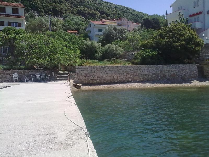 Bootsliegeplatz mit kleinem Kies- und Sandstrand