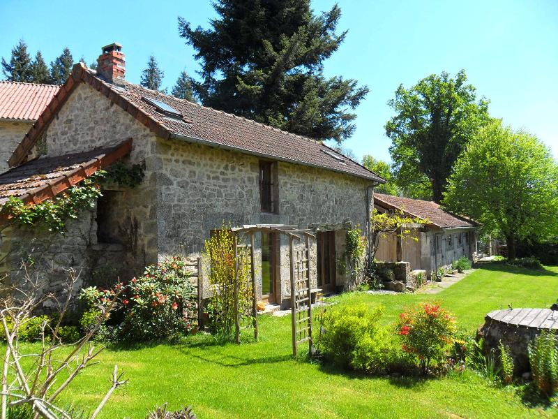 Stone built Cottage in central France. Sleeps 4. Rural setting. Relax and Enjoy, vacation rental in Saint-Julien-le-Petit
