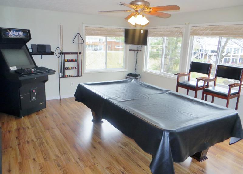 Game room: pool table, ping pong, arcade