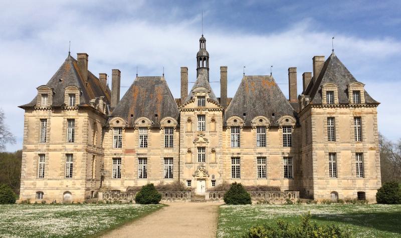 Facade du Château XVIIème en face du Donjon médiéval