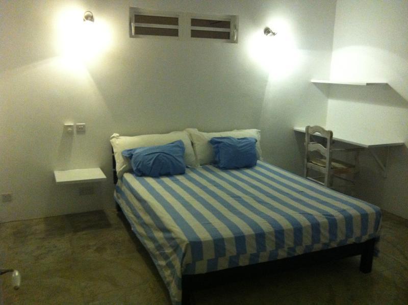une des deux chambres, celle ci possede en outre un lit d'appoint pour un enfant