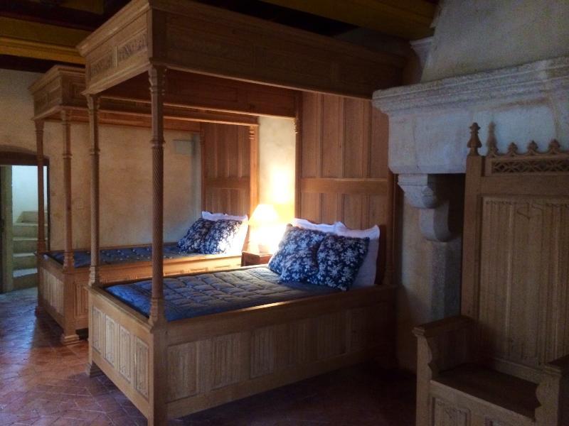 Chambre médiévale à Saint-loup sur Thouet, location de vacances à Noizé