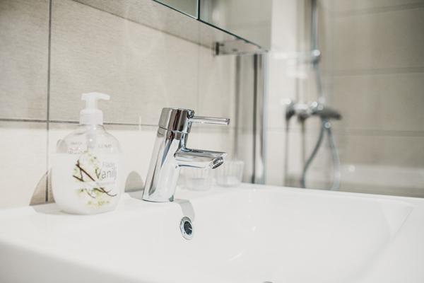 Banheiro com instalações essenciais