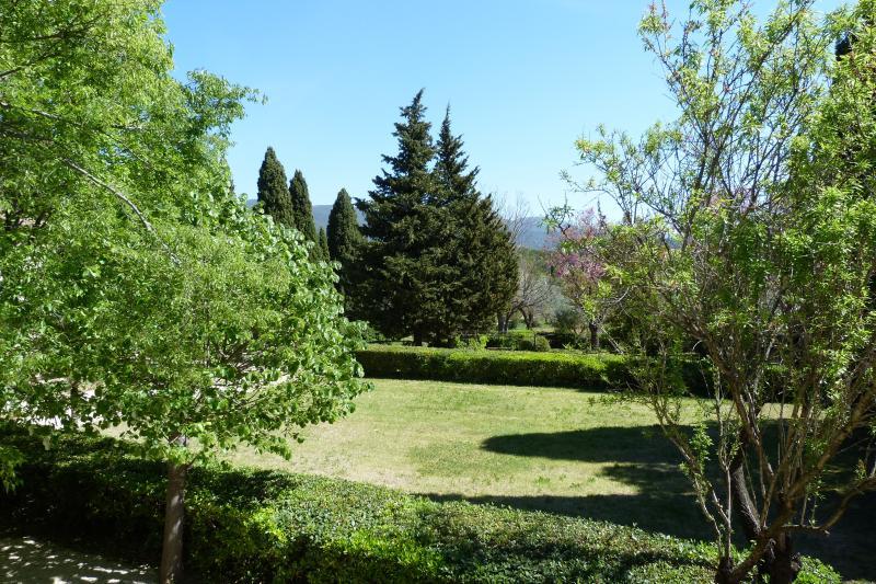 Mit Blick auf das die Wohnung Olivenbäumen Schlafzimmerfenster Tür auf dem Park