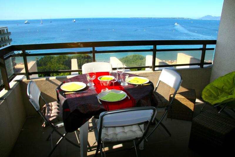 Front de Mer - Panorama grandiose au coeur de Juan, holiday rental in Juan-les-Pins