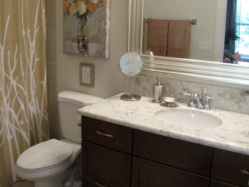A very clean and comfortable four-piece bathroom.