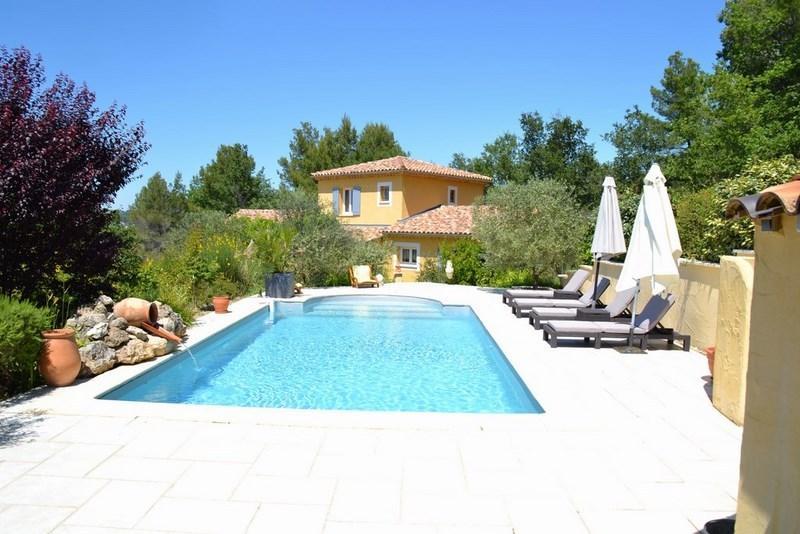 Villa com piscina vista geral