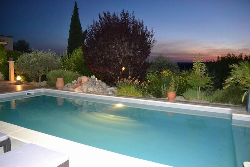 Superbe couché du soleil avec vue dégagée du bord de la piscine