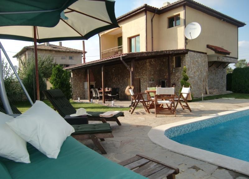 Espace lounge sur la piscine avec hollywood swing et transats