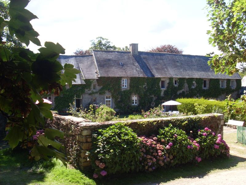 Le grand gite du Vieux manoir, Tregor  entre cote de granit Rose et Paimpol, holiday rental in Treguier
