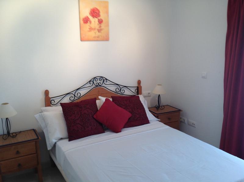Dormitorio con armarios empotrados y acceso a un balcón privado.