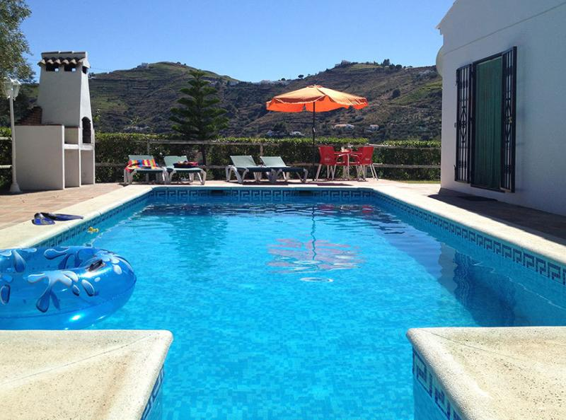 3 Bedroom Villa close to Competa with private pool, free wi-fi and air con, holiday rental in Competa