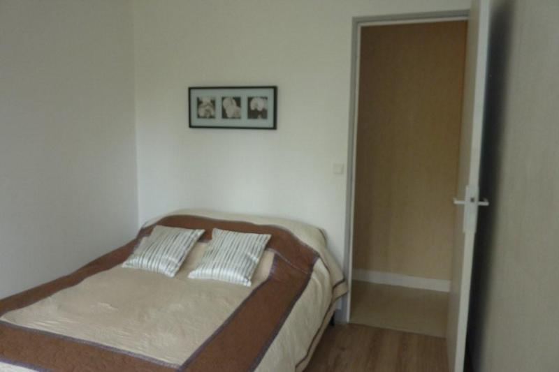 Schlafzimmer mit Bett 140