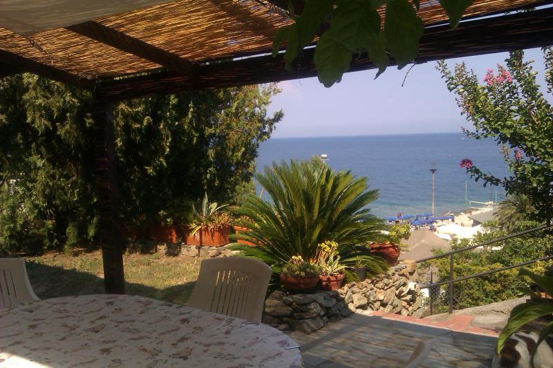 Noli, casetta fronte mare con giardino, vacation rental in Torre del Mare