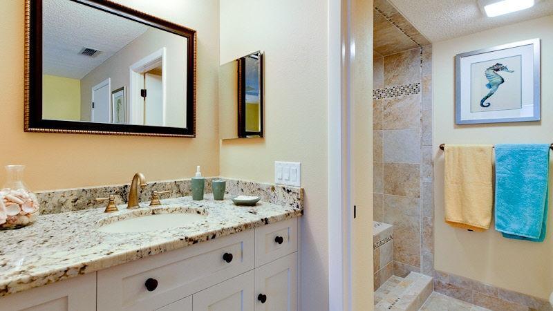 2 º dormitorio con baño personalizado vanidad con encimera de granito