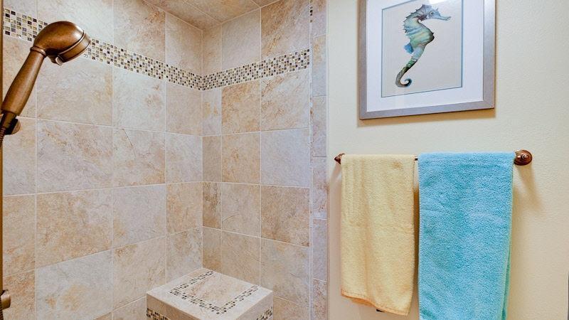 2 º dormitorio baño privado con ducha con asiento