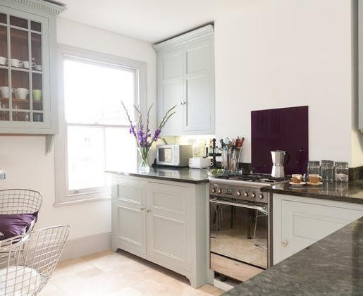 Fully equipped bespoke Chalon kitchen with granite worktops & Smeg cooker