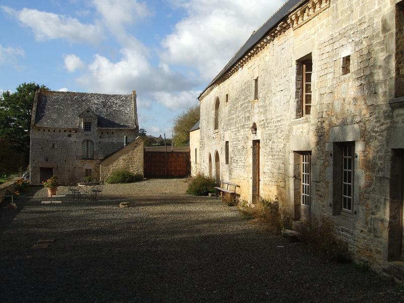 MAISON DE CARACTÈRE XVI-XVIIIème. Calme, spacieuse, holiday rental in Bedee