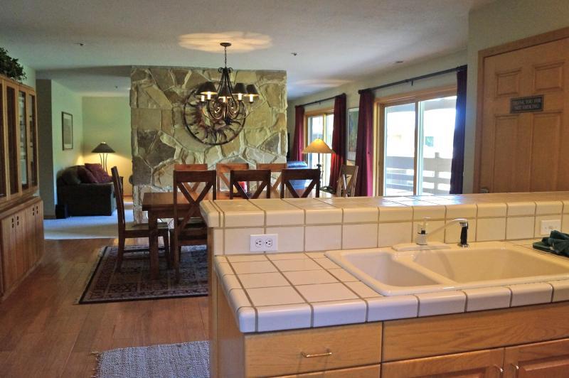 Amplio piso abierto plan de... cocina, comedor y sala de estar. Vistas desde cada habitación