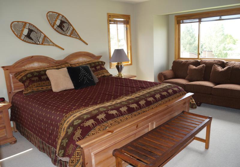 Asientos en el amplio dormitorio y cama King