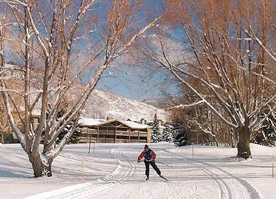 Arreglado por esquí de fondo en el campo de golf frente a condominio.