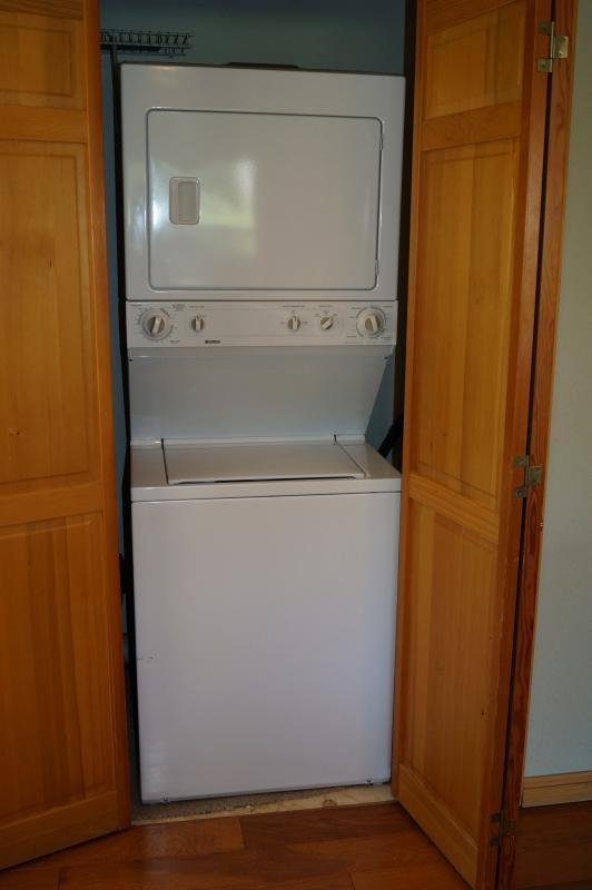 Gran apilada lavadora y secadora.