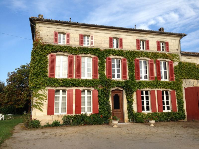 chambres  de 35 m2 dans maison bourgeoise, vacation rental in Chatenet