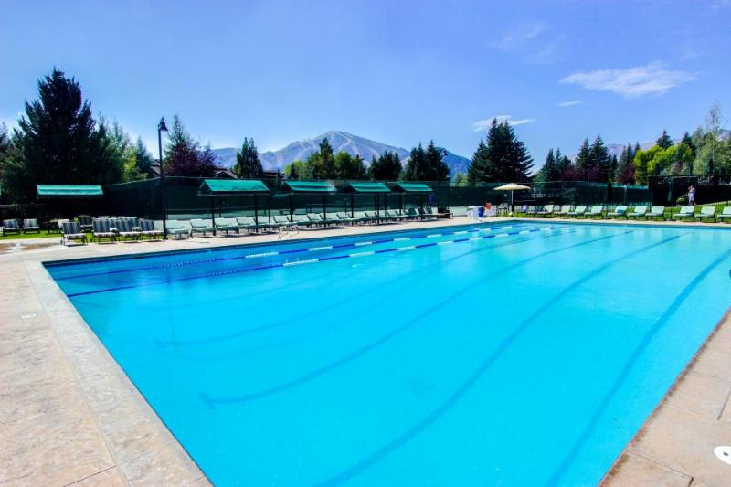 Convenient condo w sun valley resort pool hot tub walk to sun valley lake updated 2019 for Sun valley idaho swimming pool