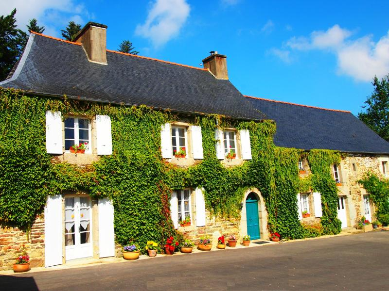 Manoir House with Heated Swimming Pool and Wi-Fi., holiday rental in Cotes-d'Armor
