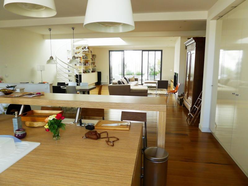 Maison type Loft - Capucins avec terrasse plantée, vacation rental in Talence