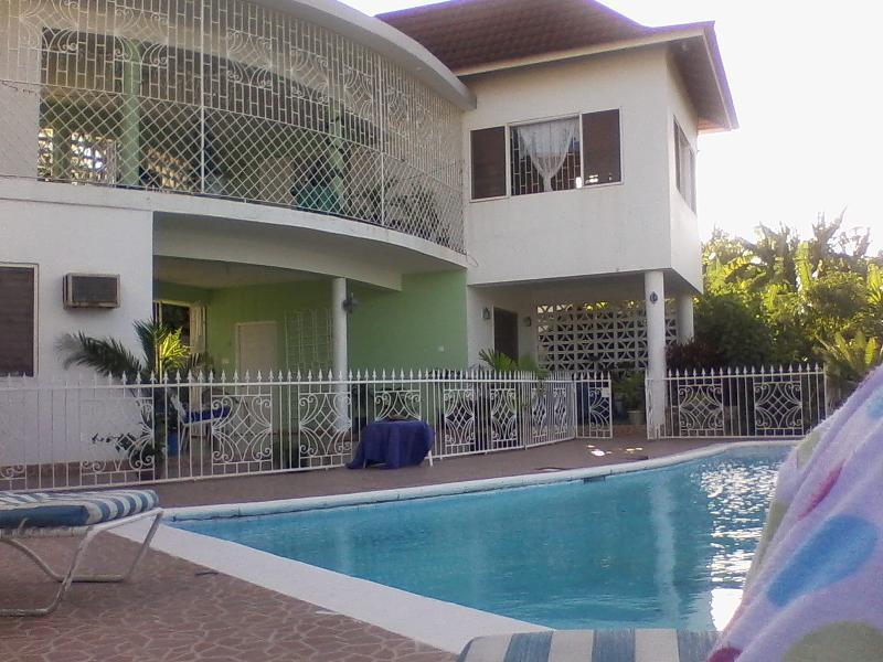 One Bedroom kitchen and bath, location de vacances à Montego Bay