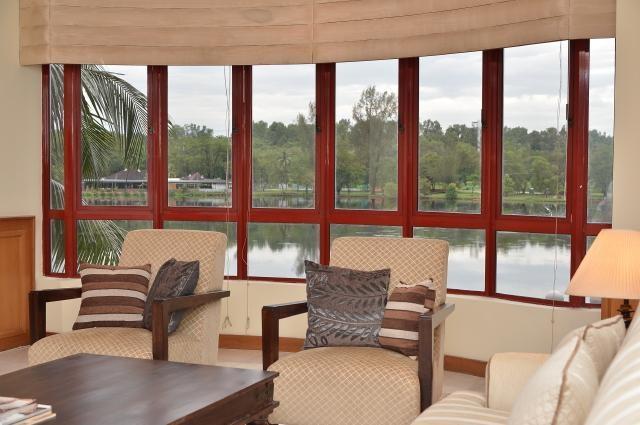 Salle de séjour avec vue sur lac