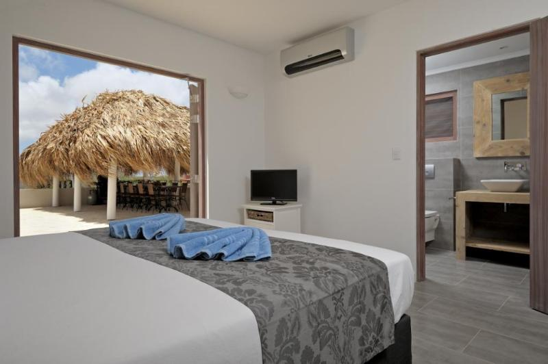 Villa Azure bedroom & en-suite bathroom