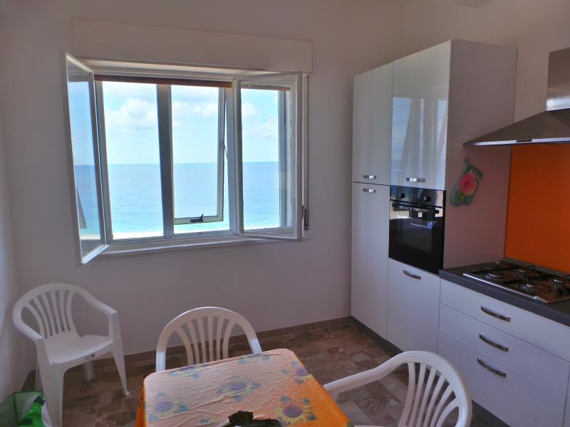 Cucina soggiorno vista mare