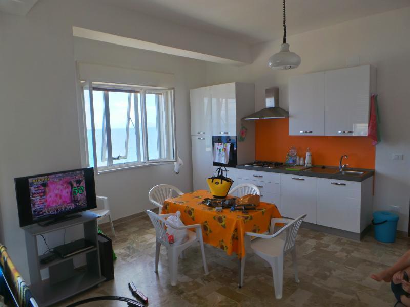 Cucina soggiorno con finestra vista mare
