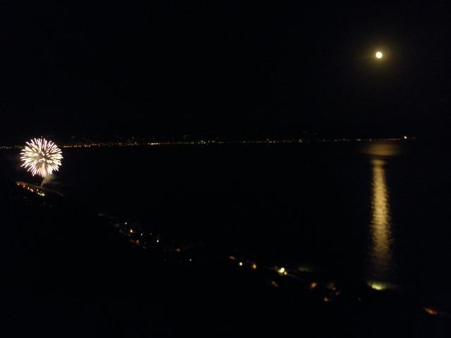 Veduta panoramica sul mare di notte