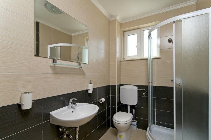 First floor bahtroom #2