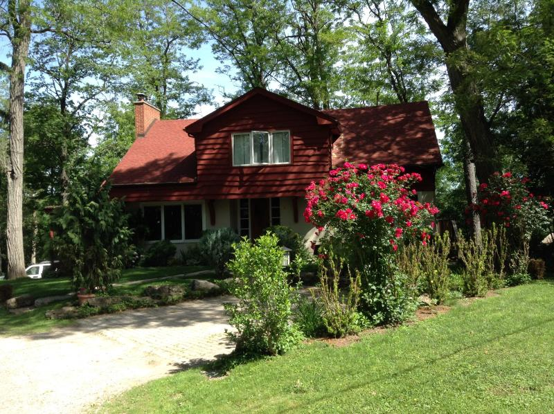 Cottage in the city - just a short walk to downtown Dundas - shops, restaurants and attractions.