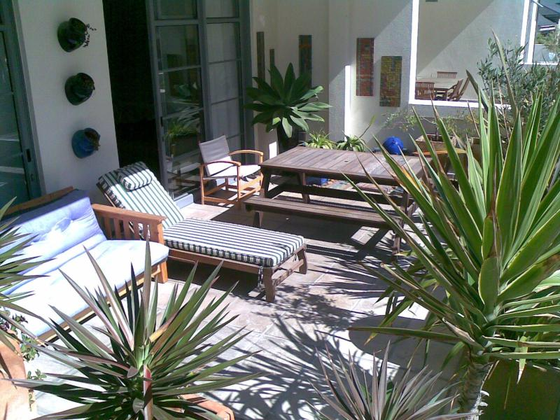 Beach flat with sun deck, pool, parking, holiday rental in Muizenberg