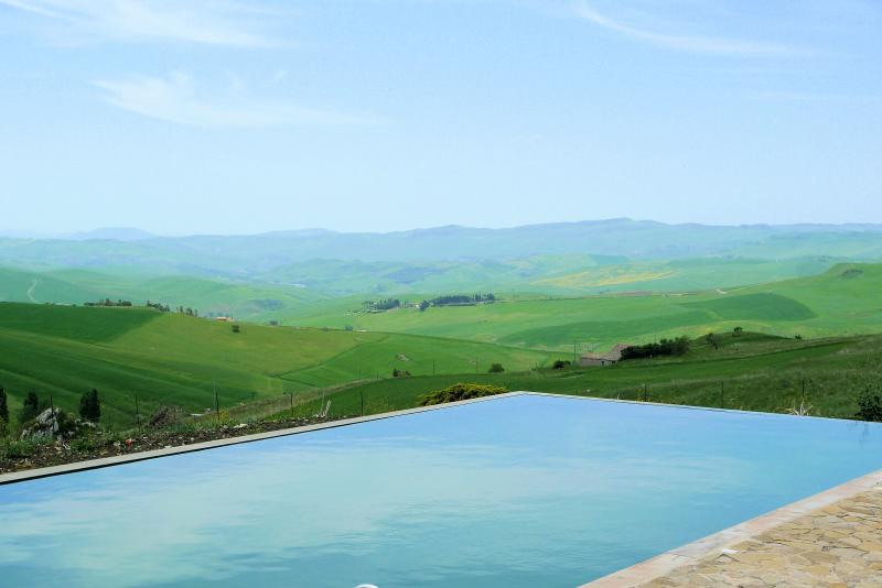 Farmhouse with pool and fantastic view in Sicily, holiday rental in Villalba