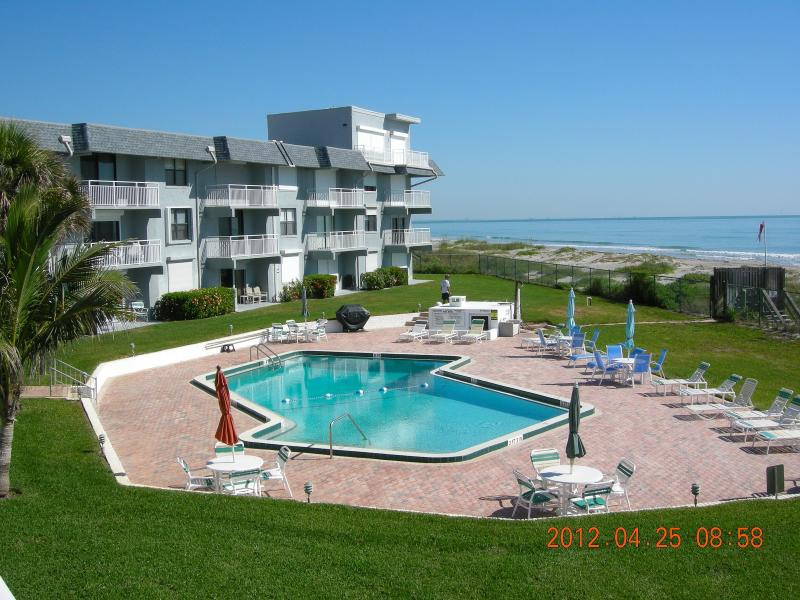 Beachfront Condo with Gorgeous Ocean Views!!, location de vacances à Viera