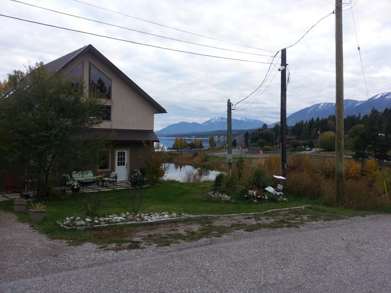 Hus med fantastisk utsikt över sjön och bergen.