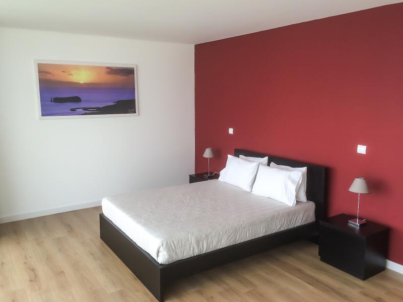 Master-Schlafzimmer mit Blick aufs Meer