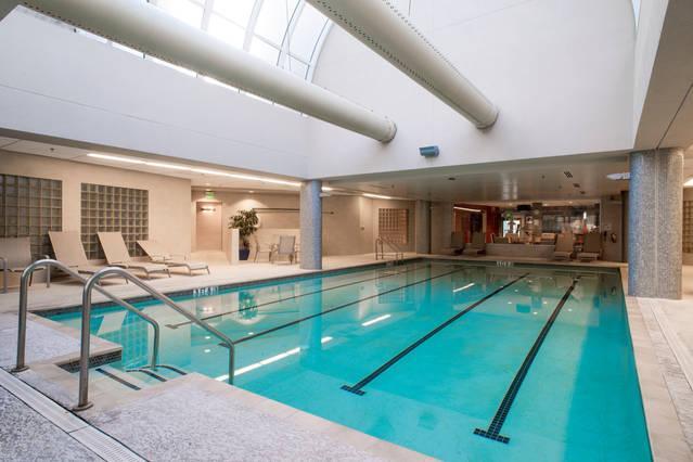 Overdekt zwembad met bubbelbad